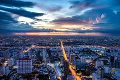 Stadt an der Dämmerung Stockfoto