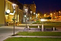 Stadt der Krizevci Gehweg-Nachtszene Lizenzfreies Stockbild