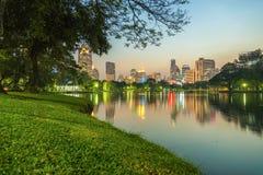 Stadt an der Nachtansicht von Bangkok von Lumpini-Park, Thailand Lizenzfreies Stockfoto