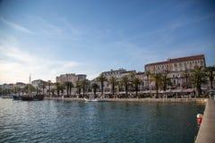 Stadt der Spalte in Kroatien, in den Häusern und in den Palmen am Hafen Stockfotografie