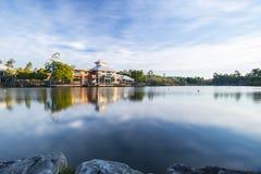 Stadt der springfield See-, Ipswich, Australien - am Mittwoch, den 1. August 2018: Seeblick und lokales Geschäft in den Springfie Lizenzfreie Stockfotografie