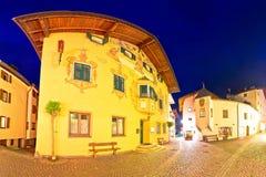 Stadt der Straßen-Abendansicht Kastelruth Castelrotto Lizenzfreie Stockfotos