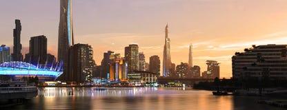 Stadt der Zukunft während des Sonnenuntergangs stock abbildung