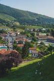 Stadt des Heilig-Jean-Gescheckt-De-Hafens unter Hügeln und blauem Himmel im Baskenland von Frankreich stockfoto