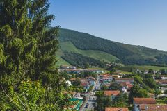 Stadt des Heilig-Jean-Gescheckt-De-Hafens unter Hügeln und blauem Himmel im Baskenland von Frankreich lizenzfreies stockbild