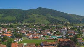 Stadt des Heilig-Jean-Gescheckt-De-Hafens unter Hügeln und blauem Himmel im Baskenland von Frankreich lizenzfreie stockfotos