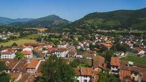 Stadt des Heilig-Jean-Gescheckt-De-Hafens unter Hügeln und blauem Himmel im Baskenland von Frankreich stockfotografie