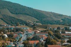 Stadt des Heilig-Jean-Gescheckt-De-Hafens unter Hügeln und blauem Himmel im Baskenland von Frankreich stockfotos