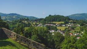 Stadt des Heilig-Jean-Gescheckt-De-Hafens unter Hügeln und blauem Himmel im Baskenland von Frankreich stockbilder