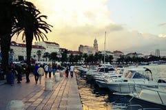 Stadt des Spaltenhafens auf dem adriatischen Meer in Kroatien, Dalmatien Region, alte Stadt im Hintergrund Stockbilder