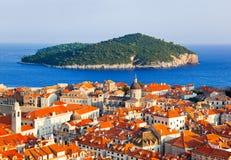 Stadt Dubrovnik und Insel in Kroatien lizenzfreie stockfotos