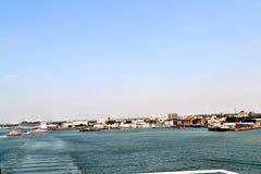 Stadt durch das Meer Stockbilder