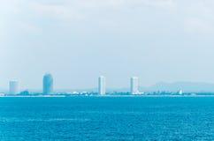 Stadt durch das Meer Stockfotos