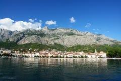Stadt durch das Meer. Makarska Lizenzfreie Stockbilder