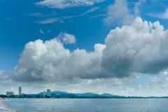 Stadt durch das Meer und die Wolke Stockfoto