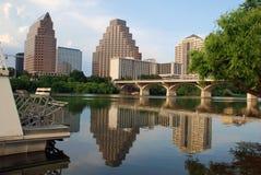Stadt durch den Fluss Stockbilder