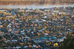 Stadt durch den Fluss Stockfoto