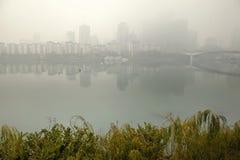 Stadt eingewickelt im Nebel stockbilder
