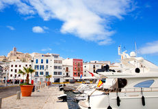Stadt Eivissa-Ibiza mit Kirche unter blauem Himmel Lizenzfreie Stockfotografie