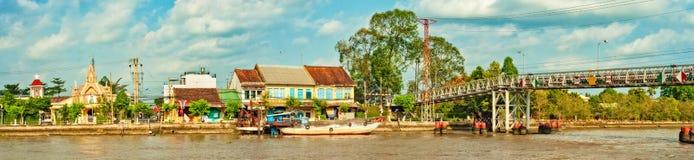 Stadt-Fluss-Panorama Sa Dezember stockbilder