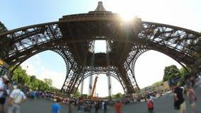 Stadt-Fußgängerverkehrs-Zeitspanne-Eiffelturm Fisheye stock video footage