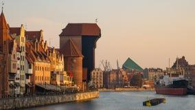 Stadt Gdansk mit dem ältesten medival Hafenkran nannte Zuraw und eine Promenade lizenzfreies stockfoto