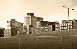 Stadt-Gebäude über Zaun Lizenzfreie Stockfotografie