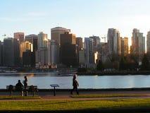 Stadt gegen Park Stockfotos