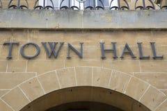 Stadt Hall Sign Stockfoto