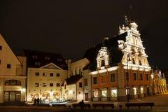 Stadt Hall Square in Riga nachts lettland stockfotografie