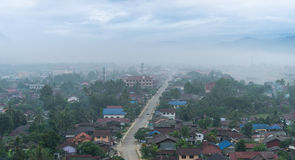 Stadt im Nebel Stockfotos