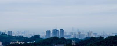 Stadt im Nebel Stockbild