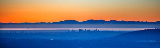 Stadt im Nebel bei Sonnenuntergang Stockfoto