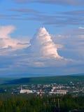 Stadt im sibirischen taiga und in den Wolken Stockfotografie