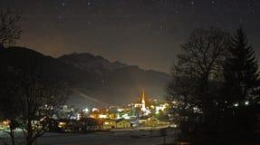 Stadt im Tal nachts Stockbild