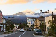 Stadt Japans Nikko im Dämmerungsabendberg Lizenzfreies Stockbild