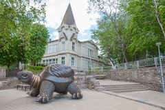 Stadt Jurmala, lettische Republik Skulpturschildkröte mit Haus Jurmala-Tourismusplatz Reisefoto 2019 25 may stockfotos