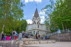 Stadt Jurmala, lettische Republik Touristen machen Foto mit Skulpturschildkr?te V?lkergehen Reisefoto 2019 25 may lizenzfreies stockbild