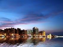 Stadt-Küste bis zum Night lizenzfreies stockfoto