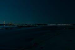 Stadt-Lichter über Wasser nachts lizenzfreie stockbilder