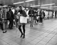 Stadt-Mädchen in U-Bahnstations-Hauptverkehrszeit New York NYC gehender drängte das Leute-Reisen stockbild