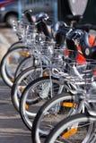 Stadt-Miete-Fahrräder parkten in der Reihe Stockfotografie