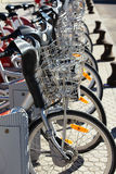 Stadt-Miete-Fahrräder parkten in der Reihe Lizenzfreies Stockfoto