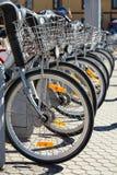 Stadt-Miete-Fahrräder parkten in der Reihe Lizenzfreie Stockfotos