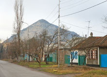 Stadt Mineralnyje Wody, Straße gegen die Bergschlange Lizenzfreie Stockfotografie