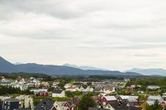 Stadt mit Bergen im Hintergrund Stockbild