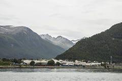 Stadt mit Bergen im Hintergrund Stockbilder