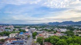 Stadt mit blauem Himmel Stockfotos