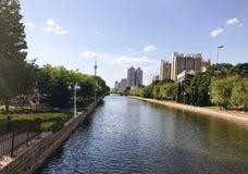 Stadt mit Sonnenschein Stockbilder