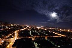 Stadt am Mondschein Stockfoto